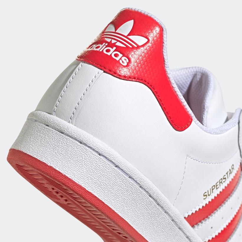 """バスケットボールの表面のような凹凸を採用した アディダス オリジナルス スーパースター """"ホワイト/ラッシュレッド/ゴールドメタリック"""" (adidas Originals SUPERSTAR """"White/Rush Red/Gold Metallic"""") [FW6011]"""
