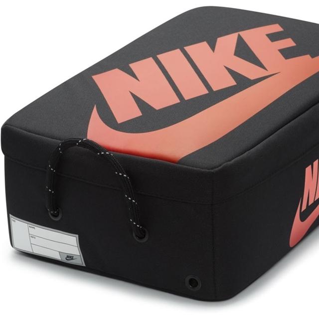 """""""ブラック/レッド""""カラーのシューボックスデザイン「ナイキ シューボックス バッグ プレミアム」 (NIKE SHOE BOX BAG PREMIUM """"Black/University Red"""") [DA7337-010]"""